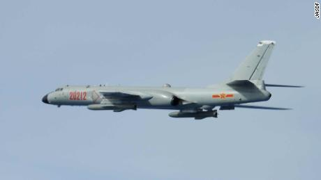 Bombardero chino H-6 fotografiado por combatientes japoneses el 28 de junio de 2020.