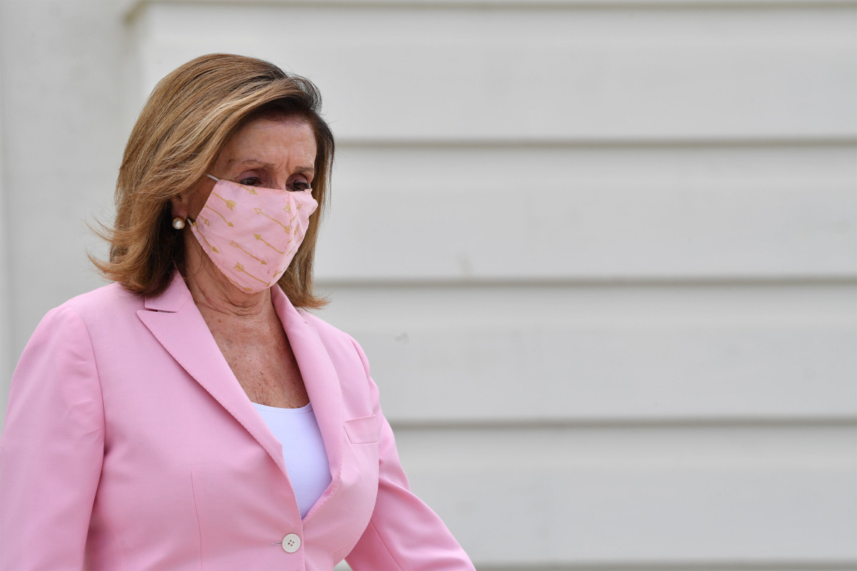 La oradora Nancy Pelosi planea requerir revestimientos faciales en el piso de la casa