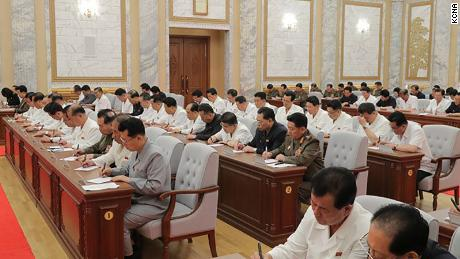 El líder norcoreano Kim Jong Un es visto en la reunión del jueves en esta fotografía proporcionada por KCNA. Los funcionarios no parecen estar usando máscaras o practicando distanciamiento social.