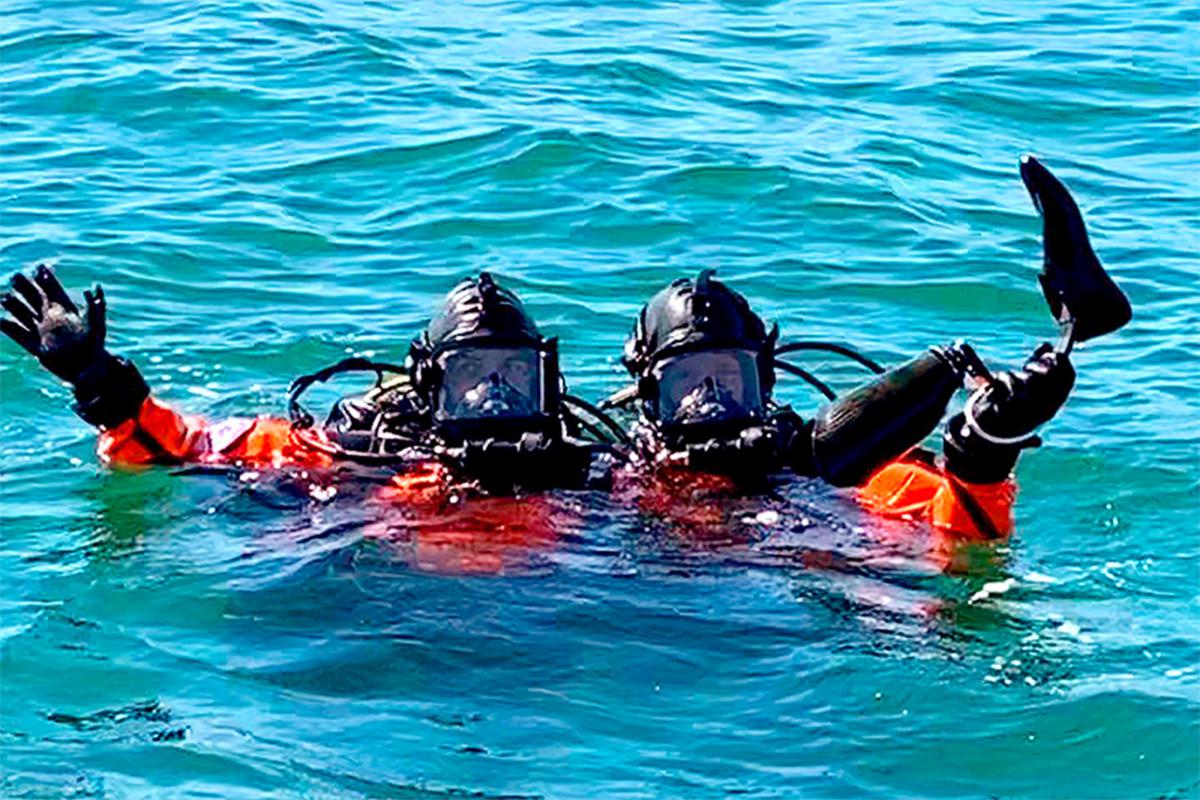 Los buzos sacan el pie protésico del aspirante paralímpico del fondo del océano