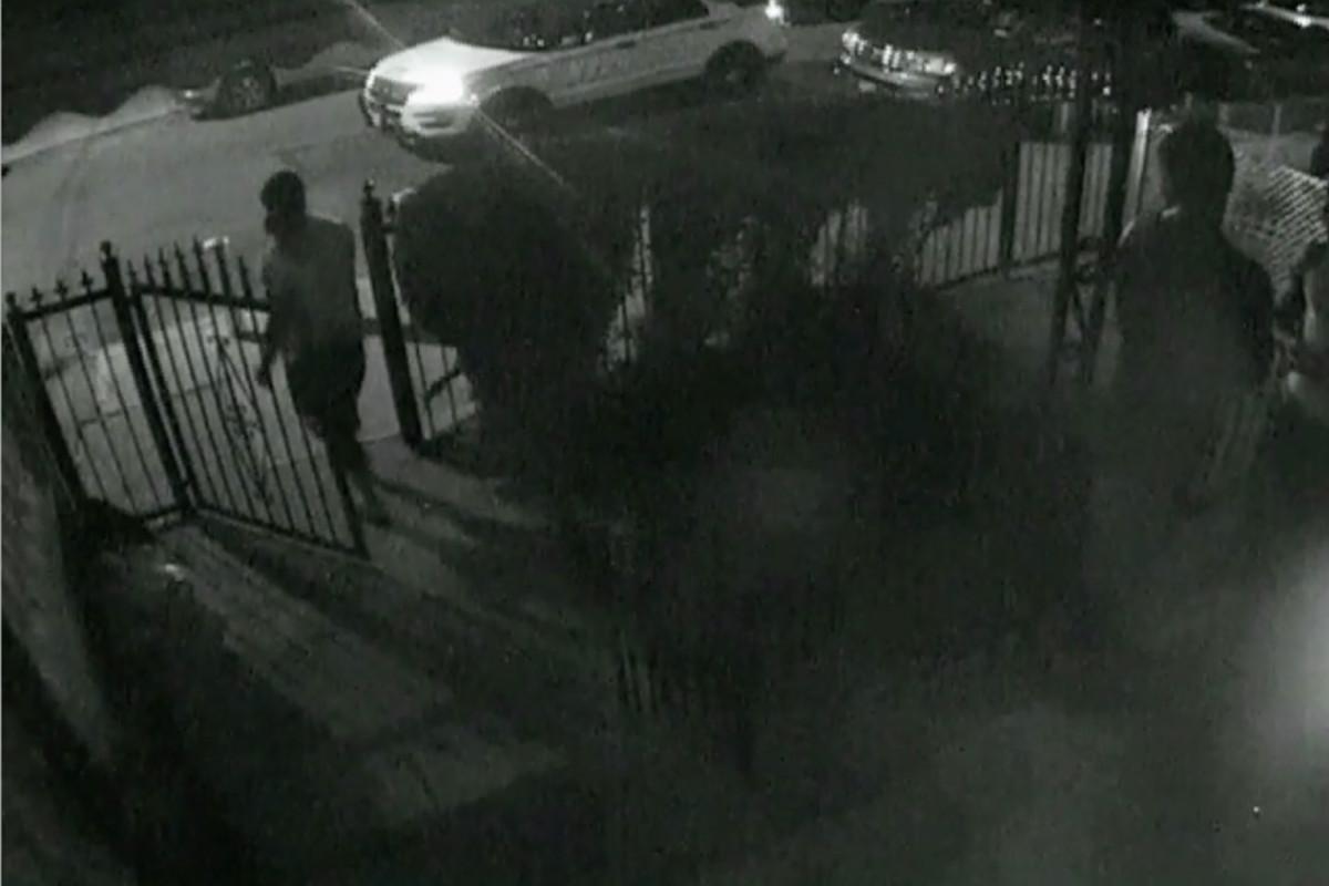Los policías supuestamente golpearon, acosaron a un hombre de Queens frente a su niño