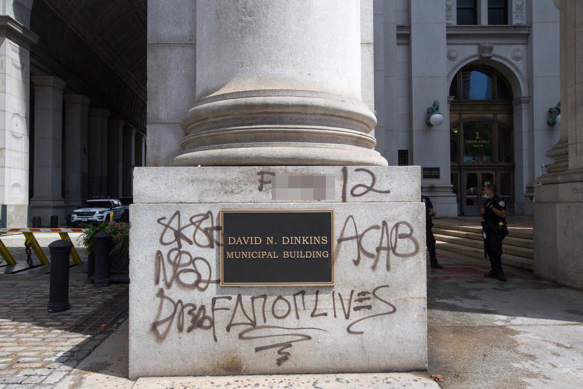 No hay línea de tiempo para limpiar el graffiti del edificio Dinkins