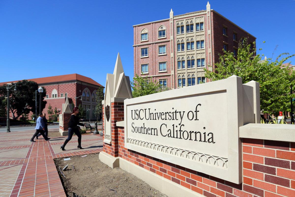 Pareja de California acepta declaraciones de culpabilidad en estafa de admisión a la universidad