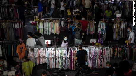 ¿Pueden millones de vendedores ambulantes más salvar a China de una crisis laboral? Beijing parece dividido