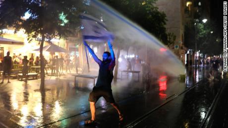 Enormes protestas sacuden a varios países mientras el coronavirus enciende la ira contra los gobiernos