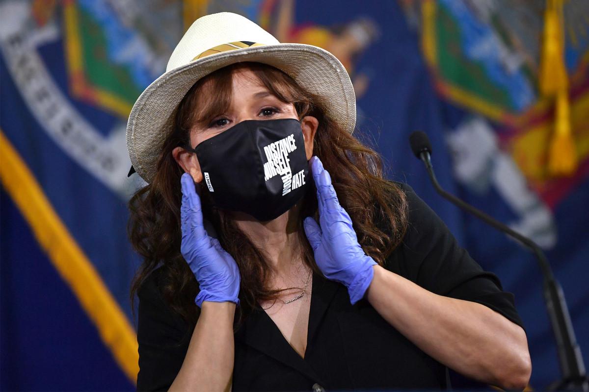 Rosie Pérez dice 'haz lo correcto' y usa una máscara en un nuevo anuncio de MTA