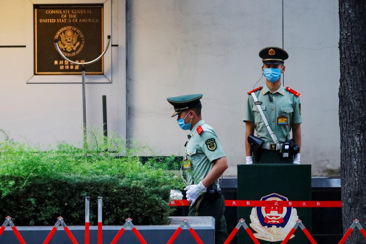 Seguridad estricta en el consulado de EE. UU. En China mientras el personal prepara la salida