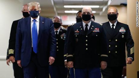 Trump tuitea la imagen de sí mismo con una máscara y lo llama 'patriótico'