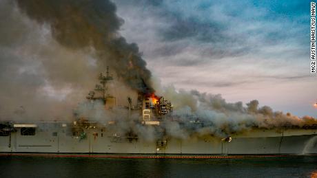Un incendio arde a bordo del USS Bonhomme Richard en San Diego el 12 de julio de 2020.