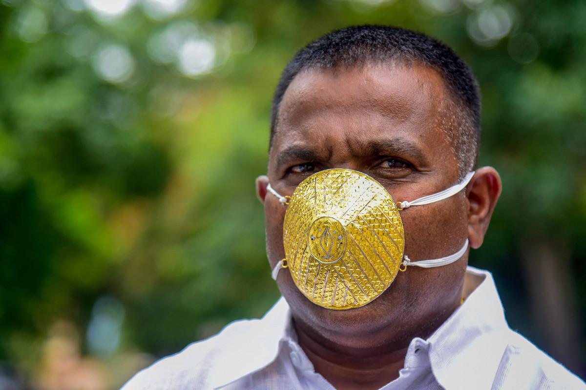 Un hombre indio usa una máscara facial dorada de $ 4,000 durante la pandemia de coronavirus