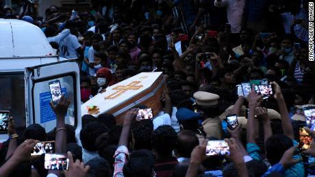Los residentes se reúnen mientras llevan el ataúd de Jayaraj y su hijo Bennicks Immanuel, quienes supuestamente fueron torturados a manos de la policía en el estado indio de Tamil Nadu.