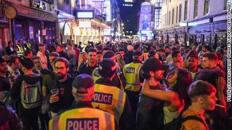 """Grandes multitudes en Soho, en el centro de Londres, en """"Súper Sábado"""""""