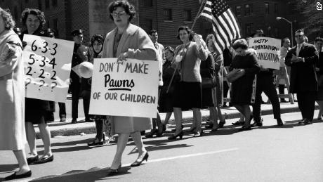 Las protestas por la integración de las escuelas no son nuevas. En 1965 miembros de un padre & # 39; La asociación hizo un piquete frente a la Junta de Educación en Brooklyn, Nueva York, en contra de una propuesta para integrar las escuelas públicas.