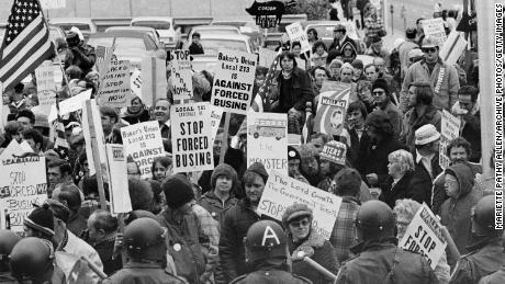Los manifestantes llevan carteles contra el transporte escolar forzado fuera de una convención de líderes demócratas en Louisville, Kentucky, el 23 de noviembre de 1975.