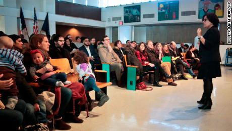 La directora Sandra Soto de la Escuela Pública 705, una escuela primaria en Brooklyn, se dirige a una reunión de padres en 2016. Un programa piloto permitió que siete escuelas primarias de la ciudad de Nueva York modificaran sus políticas de admisión para fomentar la diversidad al reservar espacios para niños de bajos ingresos. .