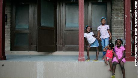 Las hermanas Corlia, Kayla, Aaliyah y Kaylen Smith se paran en su porche delantero en el B.W. Proyecto de vivienda Cooper en Nueva Orleans.