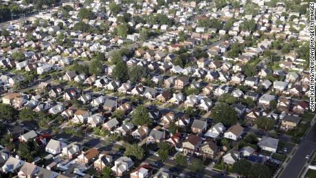 Un barrio suburbano en Elmont, Nueva York. A pesar de las leyes contra la discriminación en la vivienda, muchas ciudades estadounidenses siguen siendo segregadas racialmente.