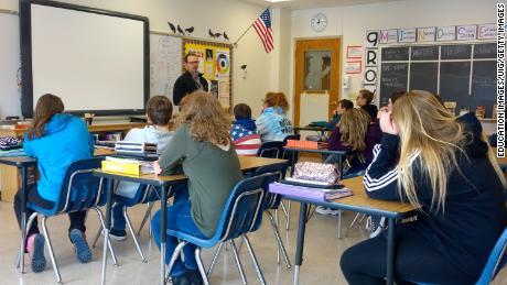Un director habla con alumnos de octavo grado sobre la seguridad escolar en Wellsville, Nueva York. Muchas escuelas públicas en los Estados Unidos permanecen en gran medida segregadas.