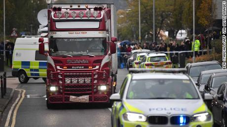 La policía identifica a 39 personas encontradas muertas en camiones como ciudadanos chinos