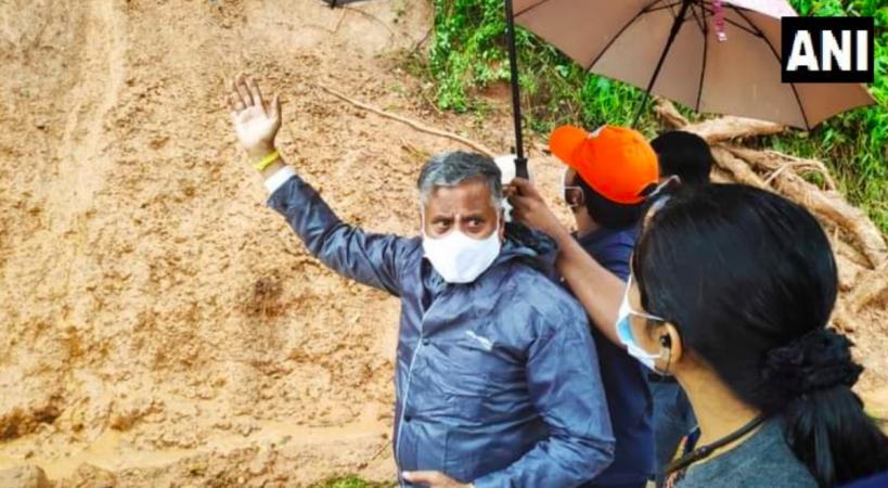 V Somanna visita las áreas afectadas por deslizamientos de tierra en Kodagu