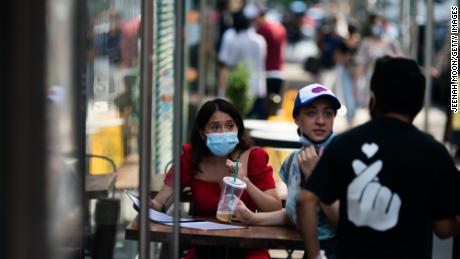 Los países están reforzando sus reglas de mascarillas faciales.  Es posible que pronto también tengas que usar uno al aire libre