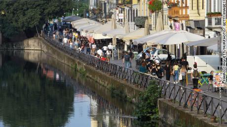 Milán en mayo.  La gente en Italia sale a cenar a restaurantes y disfruta de la tradición veraniega de un aperitivo en una plaza o bar local.