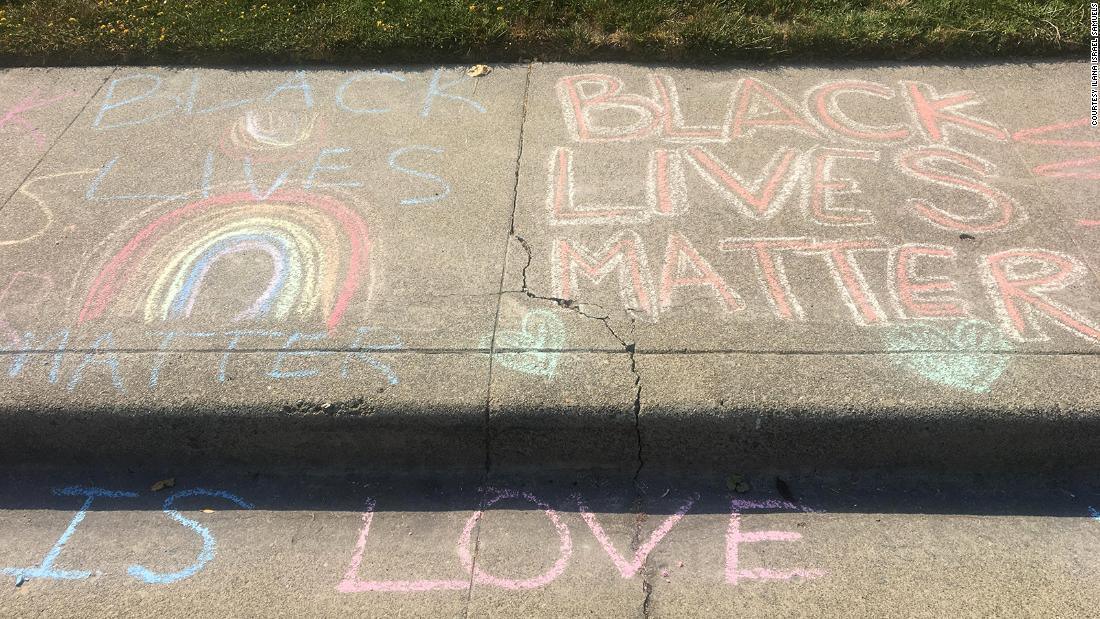Después de que un hombre blanco borró repetidamente el dibujo de tiza de la niña 'Black Lives Matter' frente a su casa, los vecinos intervinieron para mostrar su apoyo