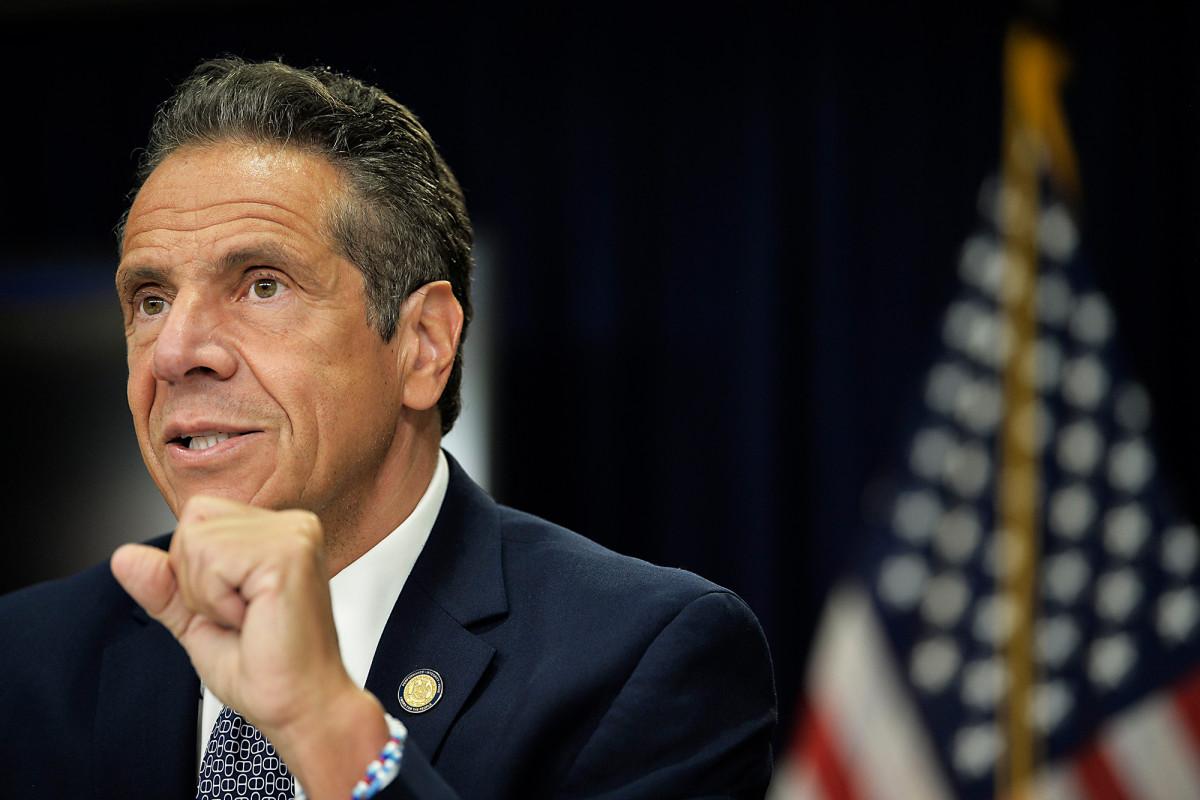 Cuomo reprende a los bares de Queens y a la policía de Nueva York por imponer el distanciamiento social