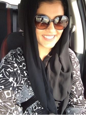 Mujer saudí Loujain Hathloul arrestada por conducir