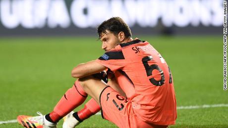 El portero del Atalanta, Marco Sportiello, cae al suelo después del partido.