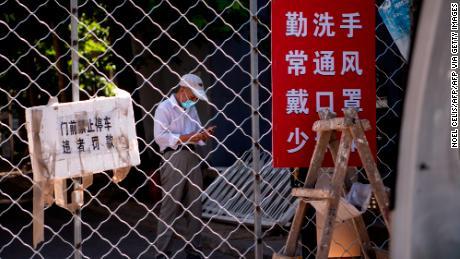 Beijing impone un bloqueo suave en toda la ciudad y restringe los viajes al exterior a medida que se propagan las infecciones por coronavirus