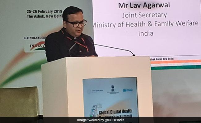 Lav Agarwal, quien dirigió las sesiones informativas del Ministerio de Salud, da positivo