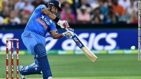 Raina batea durante el primer juego del partido internacional Twenty20 entre Australia e India.