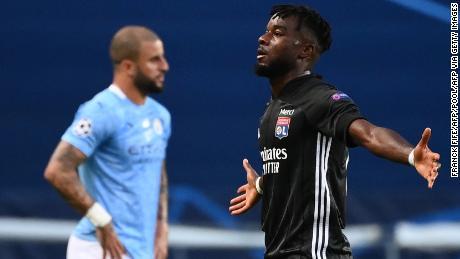 El delantero Maxwel Cornet celebra el gol del primer gol del Lyon contra el Manchester City el sábado 15 de agosto.
