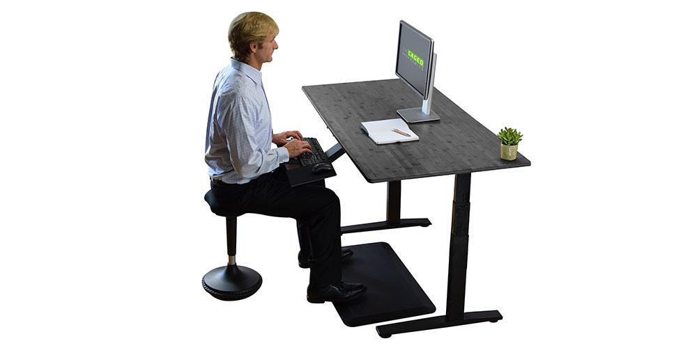 Una persona que trabaja en un escritorio