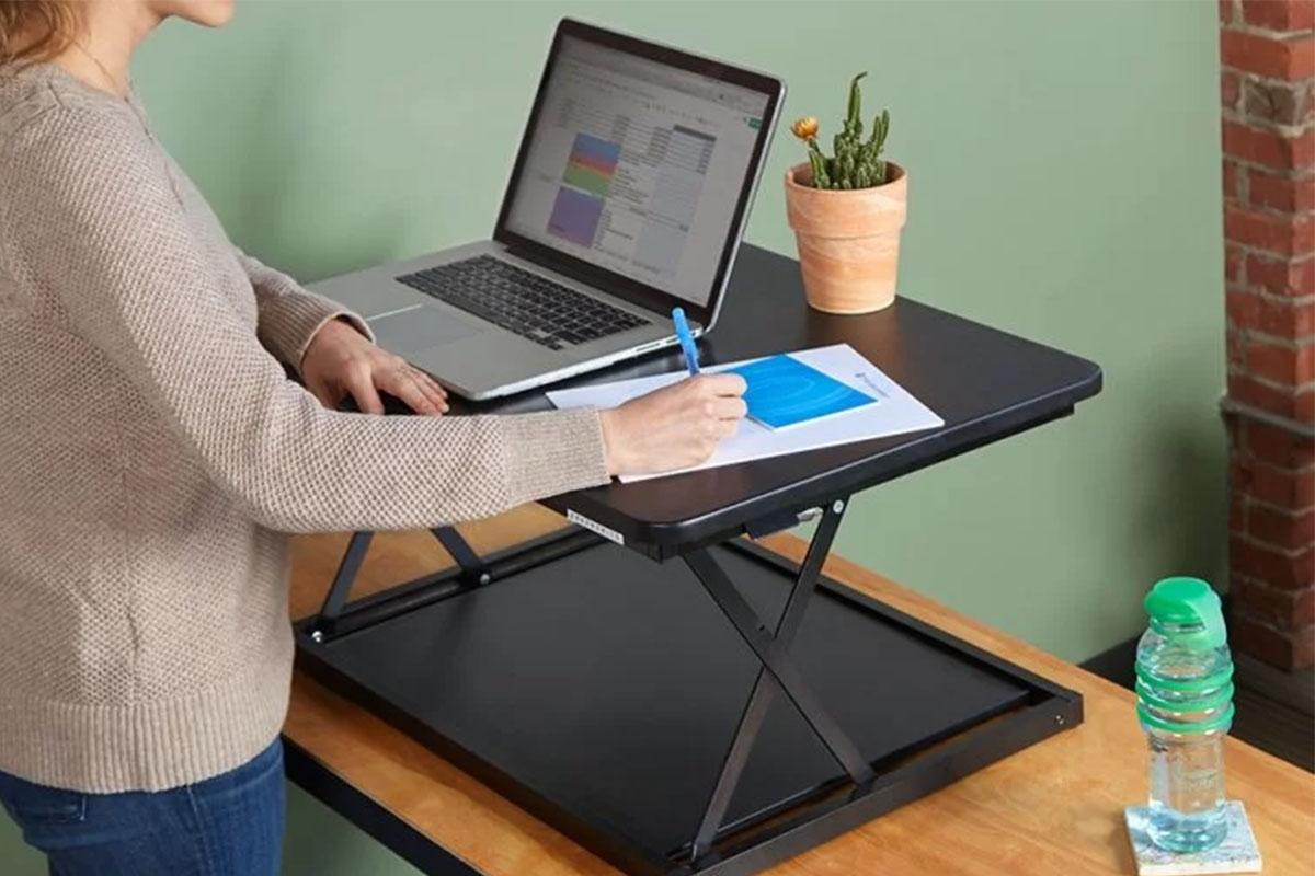 Una persona que trabaja con un convertidor de escritorio de pie