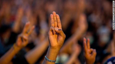 Los manifestantes saludan con tres dedos en un mitin en el Monumento a la Democracia el 16 de agosto de 2020 en Bangkok.