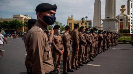 La policía tailandesa patrulla un mitin antigubernamental en el Monumento a la Democracia el 16 de agosto de 2020 en Bangkok.