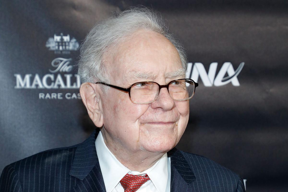 Warren Buffett confunde a Wall Street mientras compra oro y vende Goldman Sachs