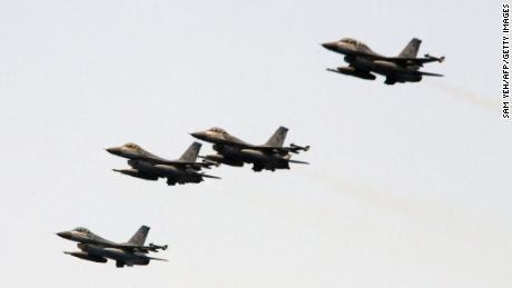 Cuatro aviones de combate F-16 de fabricación estadounidense cruzan el cielo durante un simulacro cerca del puerto naval de Suao en Yilan, en el este de Taiwán, el 13 de abril de 2018.