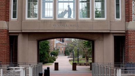 UNC-Chapel Hill revierte los planes para las clases presenciales después de que 130 estudiantes dieran positivo por Covid-19