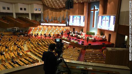 Los fieles participan en un servicio de Pascua socialmente distanciado en una iglesia en Seúl en abril.