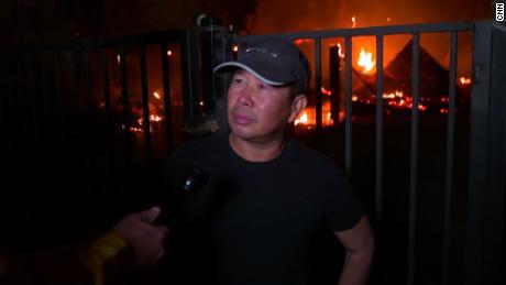 Thuy Ngo se para el miércoles frente a su granero en llamas cerca de Vacaville.
