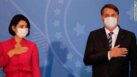 La primera dama de Brasil, Michelle Bolsonaro, mira a su esposo, el presidente Jair Bolsonaro, en el palacio presidencial en Brasilia, Brasil, el miércoles 29 de julio de 2020.