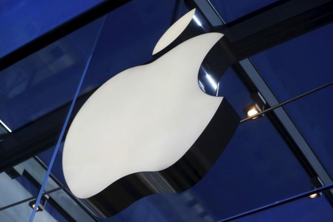 El logo de Apple se ve dentro de Apple Store en Palo Alto