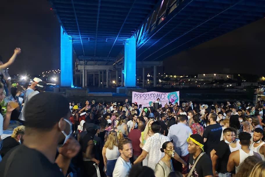 Cientos se reúnen para un delirio secreto bajo el puente Kosciuszko de Nueva York