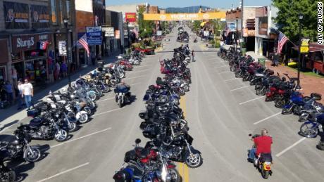 Está a punto de comenzar un rally de motocicletas que atrae a decenas de miles de turistas a una pequeña ciudad de Dakota del Sur