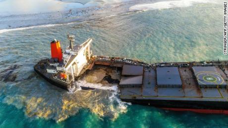 El MV Wakashio se separó el sábado después de semanas encallado en aguas cristalinas frente a Mauricio.