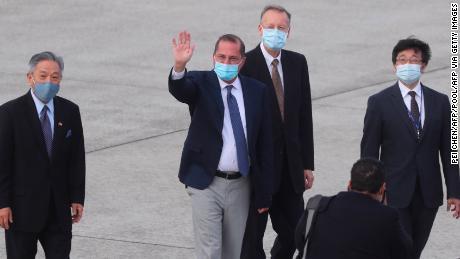 El secretario de Salud de los Estados Unidos, Alex Azar, saluda a los periodistas cuando llega al aeropuerto Songshan en Taipei el 9 de agosto de 2020.