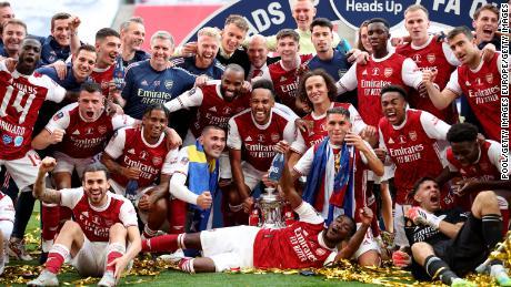 Los jugadores del Arsenal celebran ganar la final de la Copa FA.